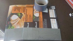 Schritt 1: Die flachen Kartons an einer der offenen Seite mit Panzertape zukleben.