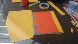 Schritt 4: Mit doppelseitigem Klebeband wird der Umschlag angebracht.