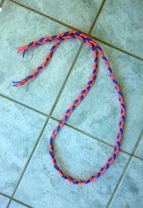 Die Basis ist ein geflochtenes Stück Seil mit drei Strängen.